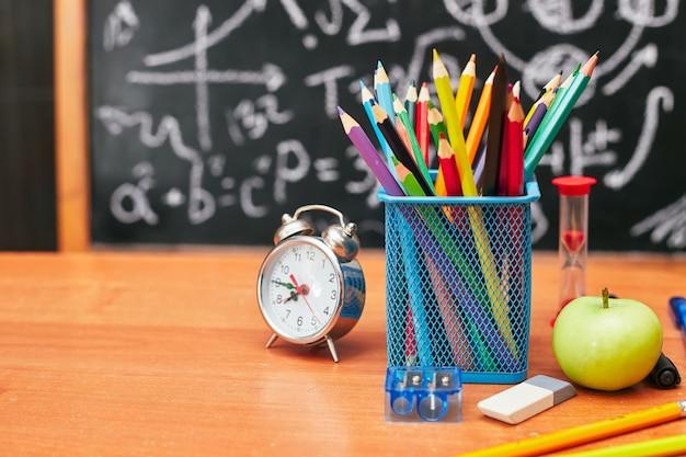 Обратно в школу концепции, держатель для карандашей, будильник, школьная доска, университет, колледж