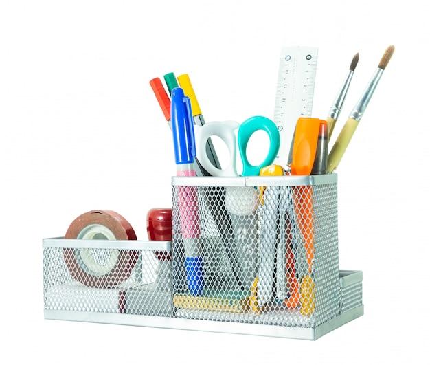 Обратно в школу концепции. карандаш, ручка и принадлежности в держатель на белом фоне изолированных отсечения путь