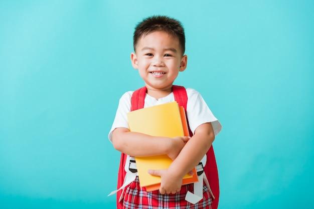 学校に戻るコンセプトポートレートアジアの幸せな面白いかわいい小さな子供男の子笑顔と笑い抱擁本