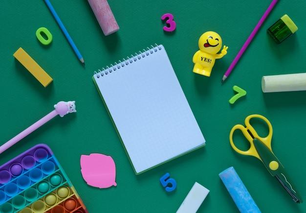 학교 개념으로 돌아가기. 사무실 테이블에 학교 및 사무 용품입니다.