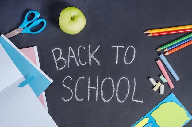 학교 개념으로 돌아가기, 검은색 학교 보드 배경의 편지지