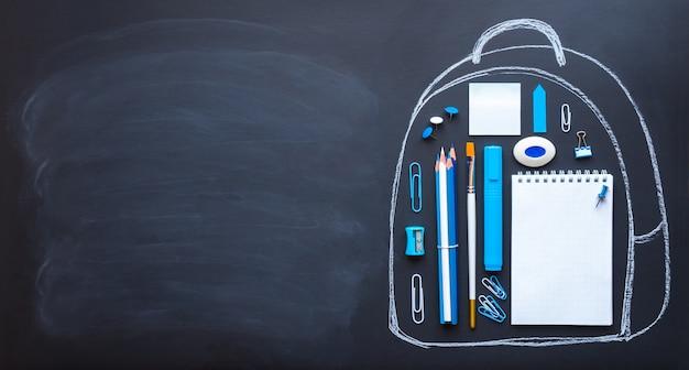 Обратно в школу концепция вид сверху рюкзак со школьными принадлежностями