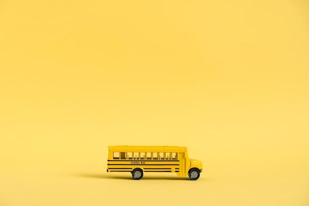 다시 학교 개념. 노란색 바탕에 전통적인 노란색 스쿨 버스