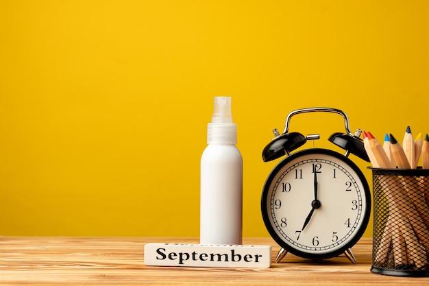 黄色に対して目覚まし時計で学校のコンセプトに戻る