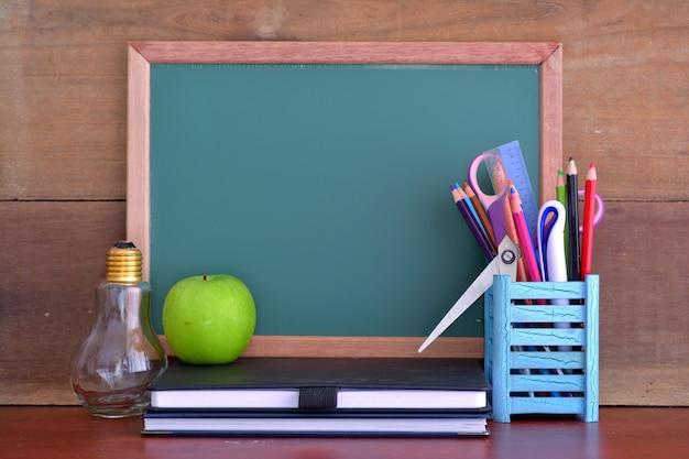 칠판 앞 테이블에 사과와 학교 개념으로 돌아가기