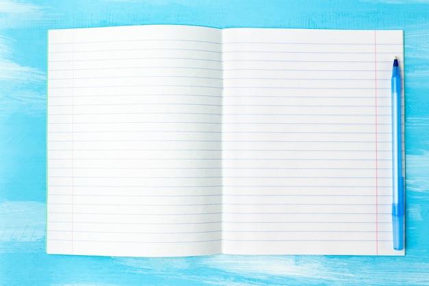 Обратно в школу концепции с пустой тетрадный лист и ручка