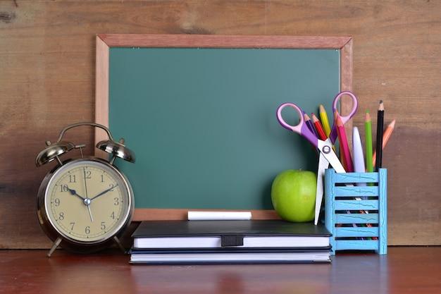 本と黒板付き目覚まし時計で学校に戻るコンセプト