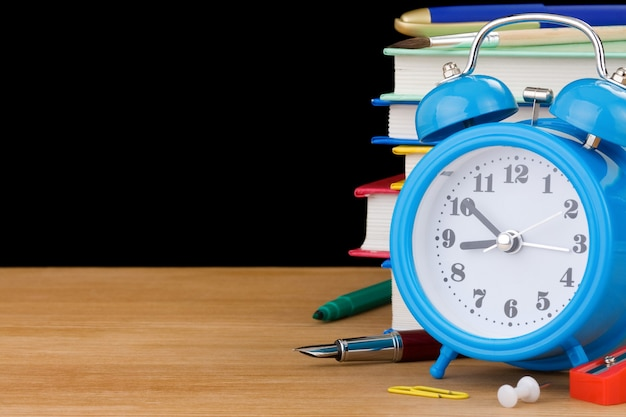 책과 경보와 함께 학교 개념으로 돌아 가기