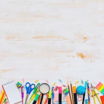 Назад к школьной концепции со школьными принадлежностями