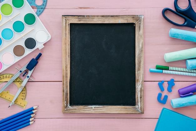 スレートとアートの要素を持つ学校のコンセプトに戻る