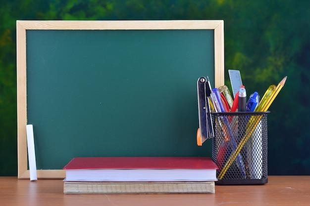 칠판 앞 테이블에 편지지와 함께 학교 개념으로 돌아가기