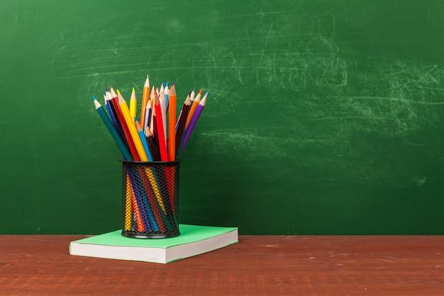 Вернуться к концепции школы с канцелярскими товарами и доске