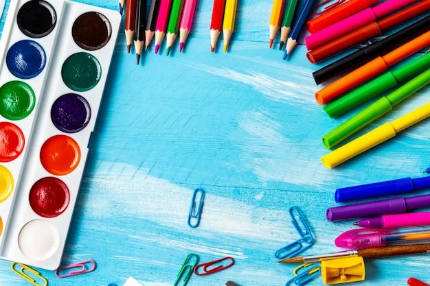 Вернуться к концепции школы с акварелью, красочными ручками, карандашами, кистями, маркерами, скрепками и копией пространства