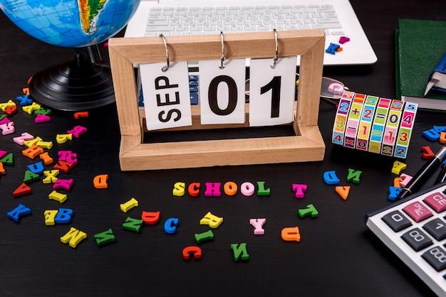 学校に戻るコンセプト、木製のカレンダーとカラフルなアルファベット