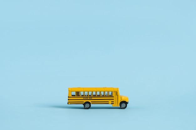 다시 학교 개념. 노란색 장난감 모델 학교 버스.