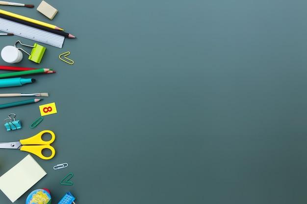 학교 개념적 평면으로 돌아가 다른 사무용품 개체와 텍스트를 위한 복사 공간 영역이 있습니다. 초등 및 중등 학교 학생을 위한 개념입니다. 가위, 펜, 연필, 지우개, 자, 노트, 클립