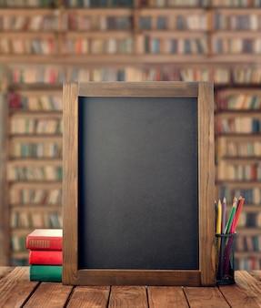 Обратно в школу. доска мелка, книги и пенал с карандашами