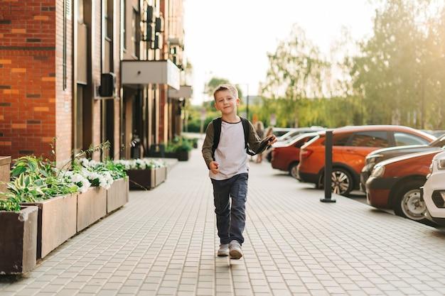 배낭을 메고 학교로 돌아가고 가방을 들고 공부하러 가는 소년 학생