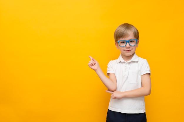 학교로 돌아가다. 안경 포인트에 귀여운 작은 학교 소년 노란색에 남아