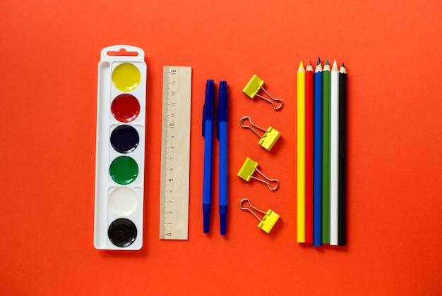 다시 학교로 평평하게 누워. 빨간색 배경, 평면도에 편지지 세트