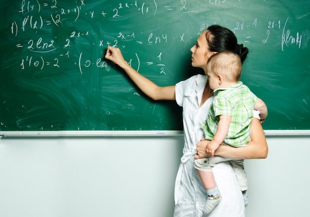 학교로 돌아가다. 훌륭한 교사는 종종 커뮤니케이션 마스터입니다. 교사는 학생들을 존중합니다. 학교 수업 및 블랙 보드. 게임 교육. 사립 유치원. 보육원.