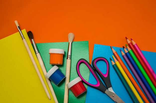 Обратно в школу. предметы для школы на оранжевом столе. фото высокого качества