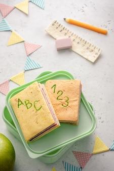 Сэндвич с обедом в школе выглядит как учебник