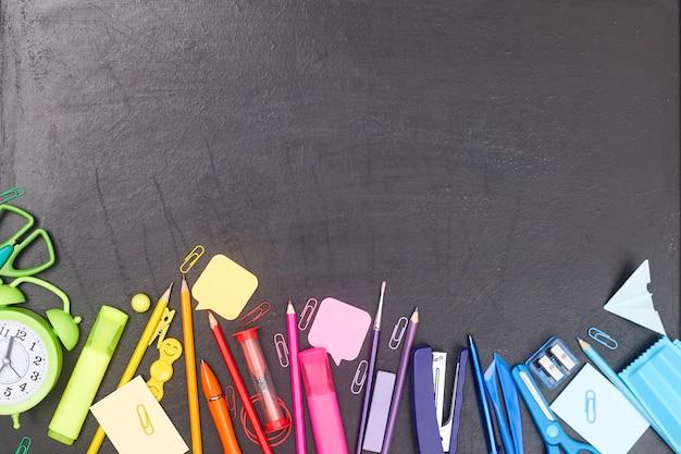 学校に戻る、色とりどりの学用品、教育委員会の虹、flatlay、copyspace