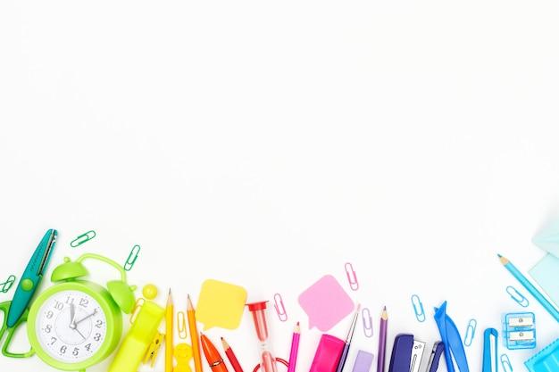 Обратно в школу, разноцветные школьные принадлежности, радуга на белом, плоский, copyspace Premium Фотографии
