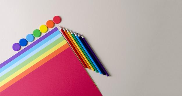 学校に戻る。創造性のための紙、色鉛筆、レインボーフラットレイアウトの色の水彩絵の具、コピースペース