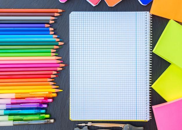 学校に戻る鉛筆とペンの虹と支配されたノート