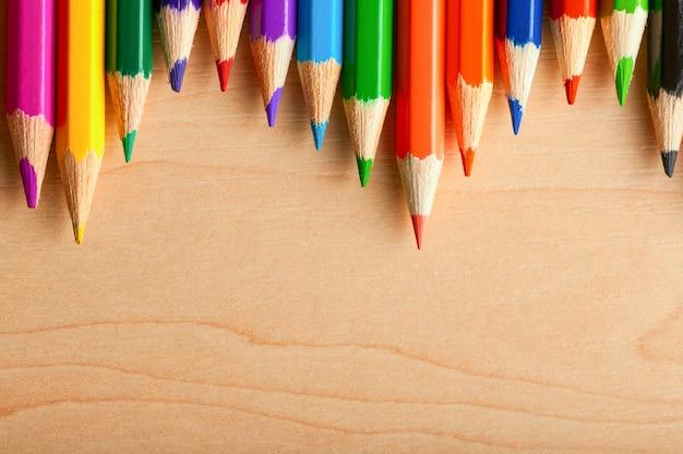 学校に戻って、copyspaceと木製のテーブル背景に鉛筆