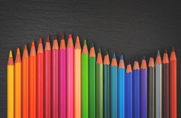 学校に戻る鉛筆黒の背景に虹の境界線、レトロなトーン