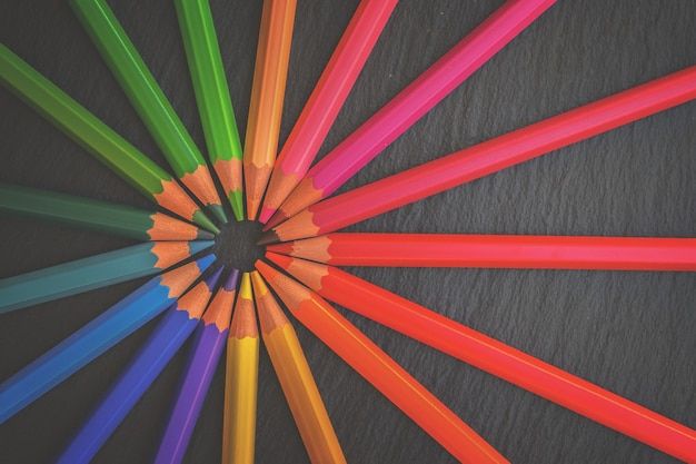 学校に戻る黒の背景に虹の鉛筆、レトロなトーン