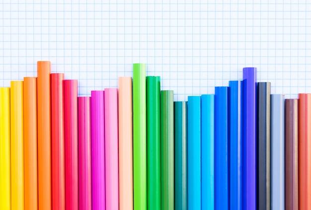 罫線入り用紙の背景の境界線に虹を鉛筆で学校に戻る
