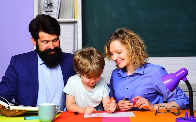 学校に戻る。文字と数字を学ぶ生徒。学校。教育プロセス。学校の家族。勉強する準備ができている小さな子供。息子と遊ぶ陽気な家族。