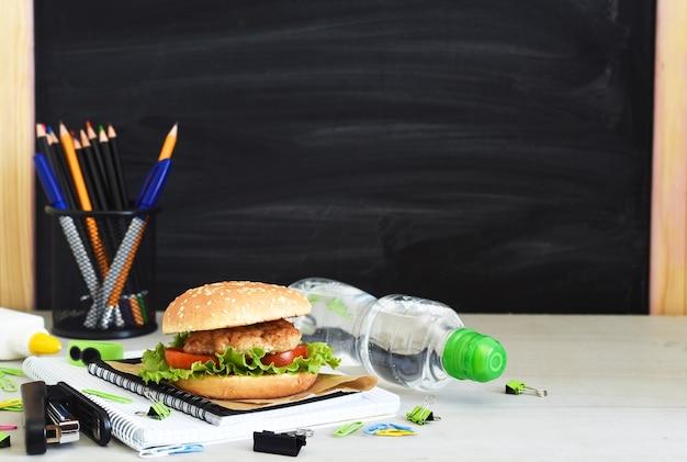 学校に戻る。検疫教育。教育委員会の背景にハンバーガー、水、学校の付属品が入ったお弁当箱。