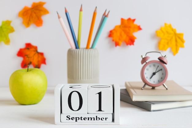 Снова в школу школьные принадлежности зеленое яблоко будильник карандаши календарь от 1 сентября