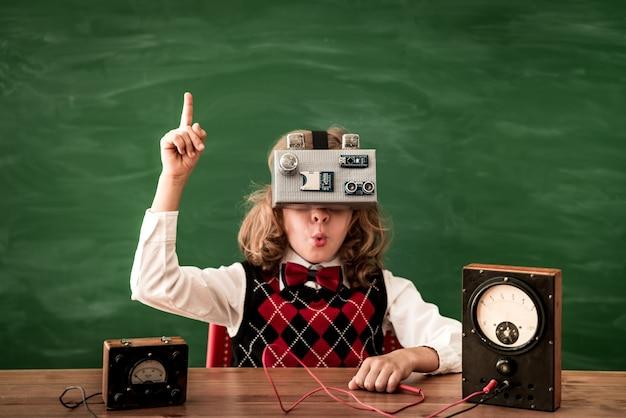 Снова в школу школьник с гарнитурой виртуальной реальности в классе инноваций и творческой концепции