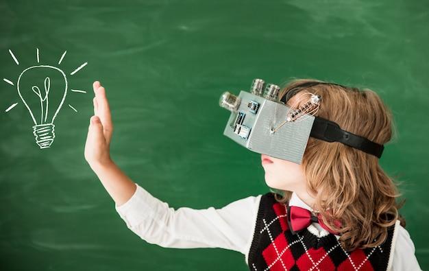 クラスの新しいアイデアと創造性の概念でバーチャルリアリティヘッドセットを持って学校の学童に戻る