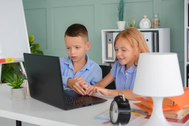 학교로 돌아가서 여학생들은 테이블에 앉아 있는 공책에 무승부를 쓰고 숙제를 한다