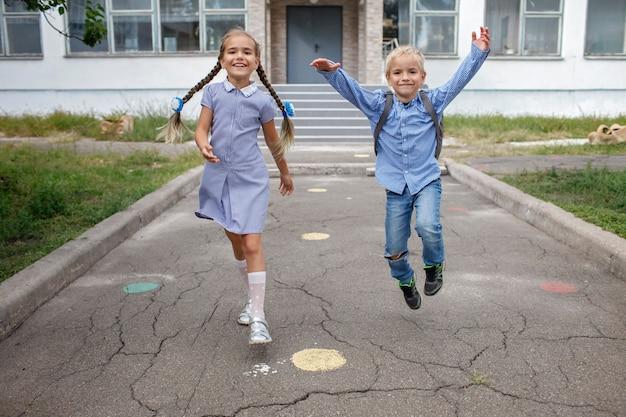 Снова в школу братья и сестры с рюкзаками убегают из школы после первого дня офлайн.