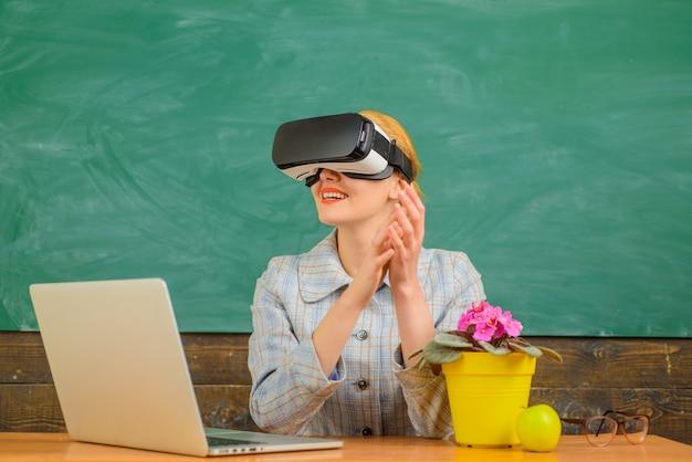 Обратно в школу. улыбающийся учитель в гарнитуре vr. онлайн-образование. учитель с ноутбуком. концепция образования. школа. улыбающийся учитель в костюме. бизнес-концепция.