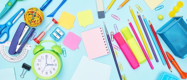 Обратно в школу канцелярские принадлежности на синем фоне, плоская планировка
