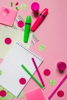 Снова в школу, канцелярские карандаши, фломастеры, тетради для работы в школе на розовом