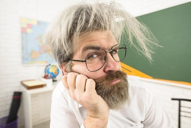 カメラ学習教育学校のコンセプト教師の日を見ている学校の先生に戻る