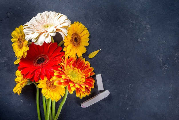 Обратно в школу. день учителя . букет цветов герберы с мелом на черной доске