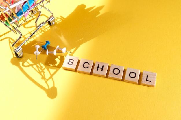 黄色いテーブルの学校に戻るテキスト。上面図。トレンディな影