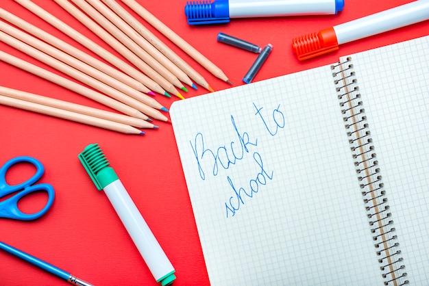 학교로 돌아가서 아이는 만년필로 공책에 일의 시작 개념을 씁니다.