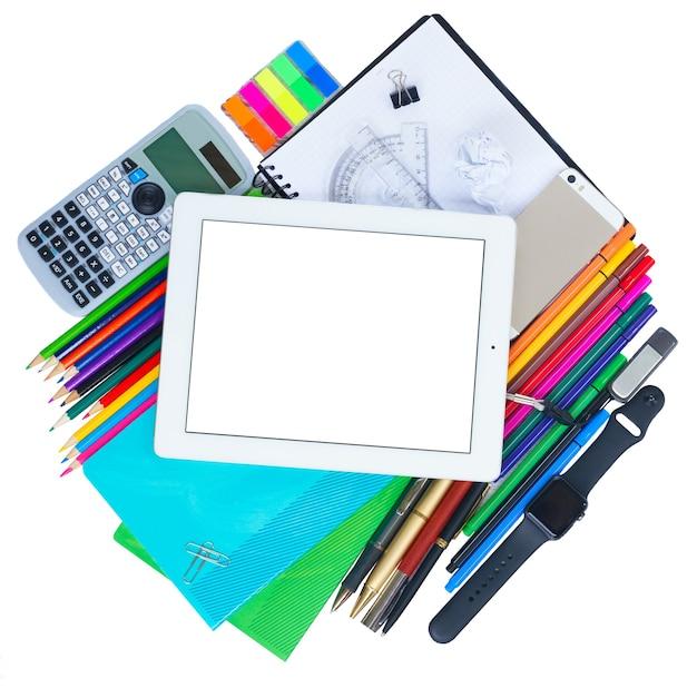 Снова в школу тематическая рамка со школьными принадлежностями и планшетом электронного устройства на деревянном столе